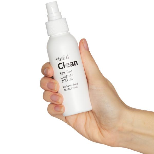 Sinful Clean Seksilelun Puhdistussuihke 100 ml tuote kädessä 51