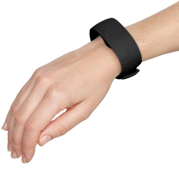 SenseMax Senseband Interaktiivinen Ranneke tuote kädessä 51