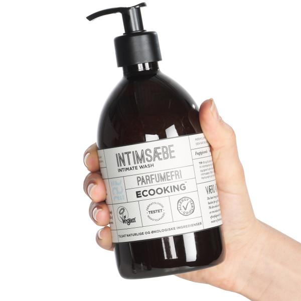 Ecooking Hajustamaton Intiimisaippua 500 ml tuote kädessä 50