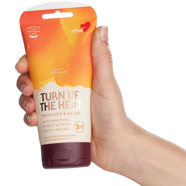 RFSU Turn Up The Heat Massage & Glide 150 ml tuote kädessä 51