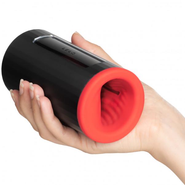 LELO F1S V2 Red Pleasure Console Masturbaattori Kuva tuotteesta kädessä 50
