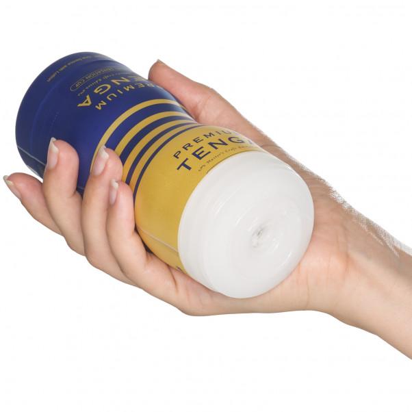 TENGA Premium Dual Sensation Cup Masturbaattori Kuva tuotteesta kädessä 50